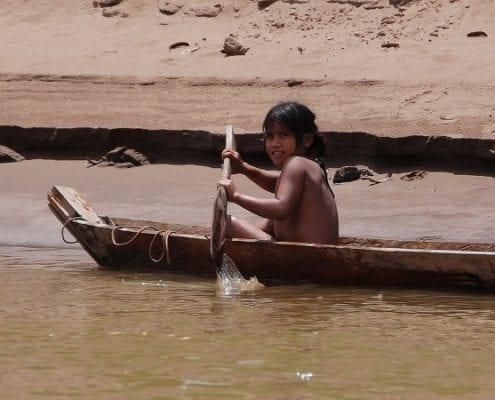 Junge im Boot Dschungel Peru